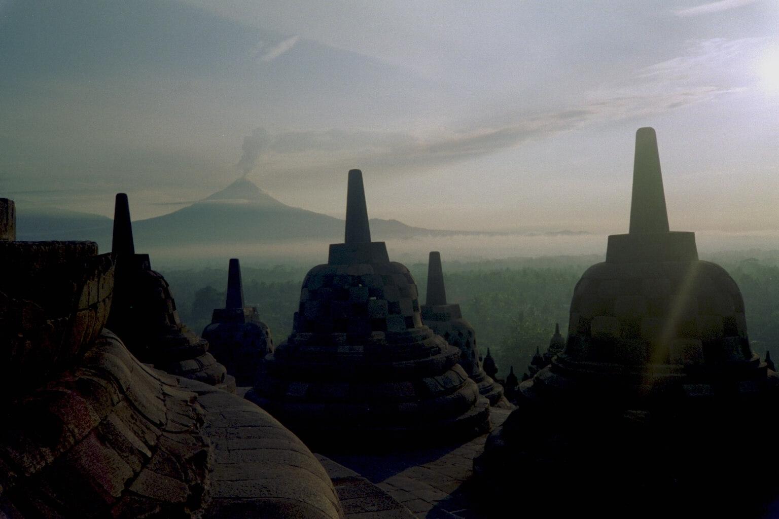 Borobudur_Stupa_Merapi